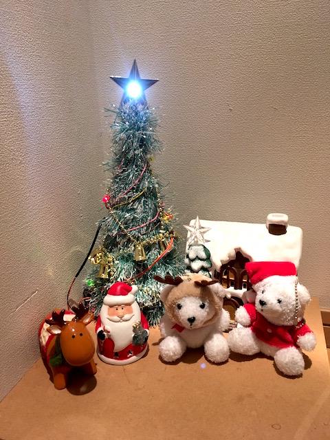 クリスマスの飾りつけ:各色のLEDをつけたクリスマスツリー, 陶器のログハウスとサンタクロースとトナカイ, 小さいクマのマスコットがふたり